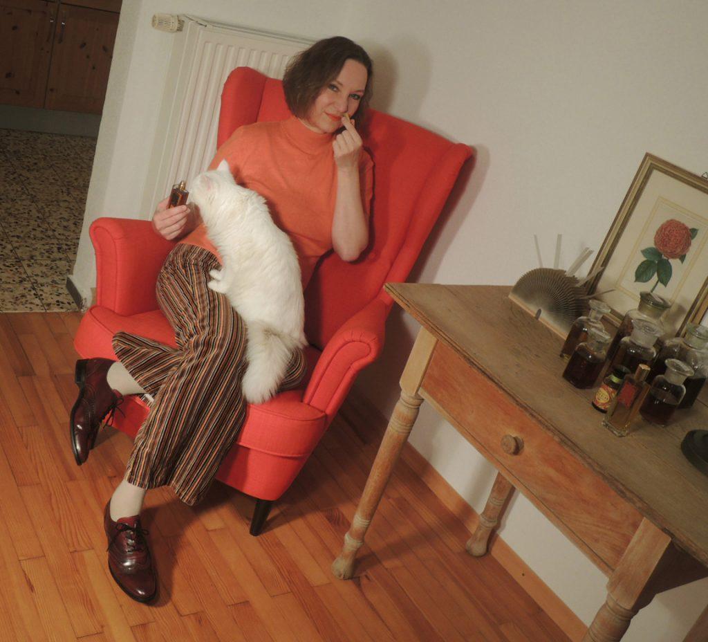 Annette Neuffer mit Kater Bärli und selbst kreiertem Flacon und Parfum.