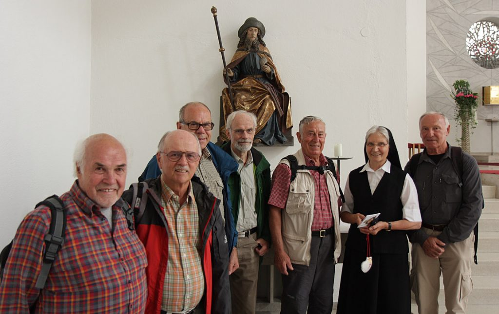 Schwester Burdardis zusammen mit Pilgern in der Ordenskirche.