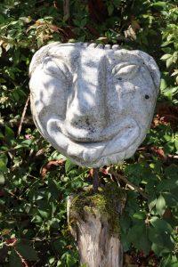 Eine Skulptur im Garten des ZIST
