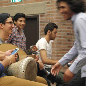 Mit viel Engagement treibt Ahmad den Chor an.
