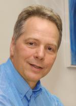Prof. Dr. med. Karl Heinz Brisch leitet die Abteilung Pädiatrische Psychosomatik und Psychotherapie an der Kinderklinik und Poliklinik im Dr. von Haunerschen Kinderspital der Ludwig-Maximilians-Universität München. Er publizierte zu Bindungsentwicklung von Risikokindern sowie zur klinischen Bindungsforschung.